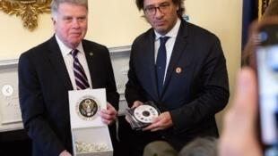 David Ferriero, presidente do Arquivo Nacional dos EUA (e) ao lado do ministro argentino da Justiça, Germán Garavano, no momento da entrega dos arquivos sobre a ditadura.