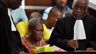 Simone Gbagbo entourée de ses avocats lors de l'audience solennelle de son procès, le 9 mai 2016.