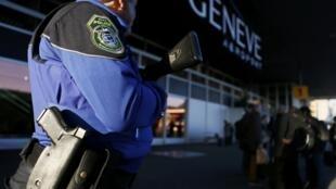 Un policier à l'entrée de l'aéroport de Genève, le 10 décembre 2015.