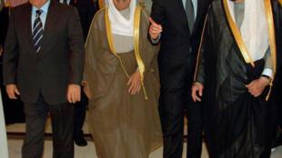 le président syrien Bachar al-Assad entre  l'émir du Koweït cheikh Sabah al-Ahmad Al-Sabah (G) et le roi Abdallah d'Arabie Saoudite (D) le 11 mars 2009.