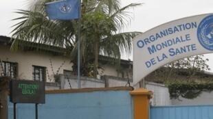 Na entrada da sede da OMS em Abidjan, um cartaz com uma mensagem sobre a epidemia do Ebola.