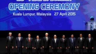 Lãnh đạo 10 nước ASEAN trên diễn đàn khai mạc Thượng đỉnh ASEAN 26 tại Kuala Lumpur ngày 27/04/2015.