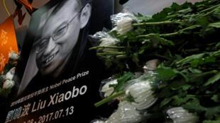 Un autel à la mémoire du prix Nobel de la paix Liu Xiaobo est dressé à l'exétrieur du Bureau de liaison chinois à Hong Kong, le 13 juillet 2017.