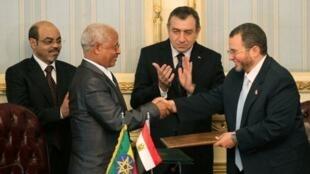 Le ministre égyptien de l'Irrigation et de l'eau Hicham qandil (D), serre la main du ministre éthiopien de l'Eau et de l'énergie Alemayehu Tegenu.