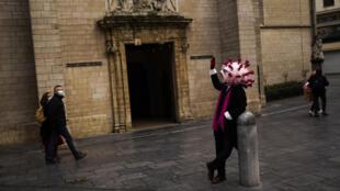 Un comédien déguisé en coronavirus dans les rues de Bruxelles (image d'illustration).
