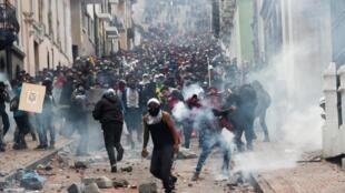 صحنهای از درگیریهای میان معترضان به سیاستهای ریاضتی دولت اکوادور و نیروهای امنیتی.