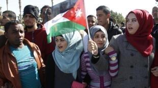 Des Jordaniennes venues accueillir le roi Abdallah II à son retour des Etats-Unis, le 4 février 2015.