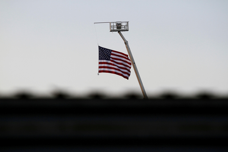 墨西哥边境城市Tijuana一侧看到的美国国旗