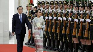 Lãnh đạo Miến Điện được Bắc Kinh trang trọng đón tiếp. Trong ảnh: bà Aung San Suu Kyi và thủ tướng Trung Quốc Lý Khắc Cường, 18/08/2016.