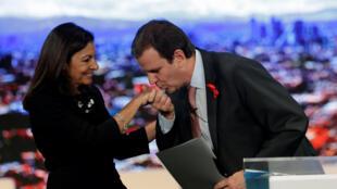 A prefeita de Paris Anne Hidalgo recebe a presidência do C40 de Eduardo Paes, prefeito do Rio de Janeiro, em 1° de dezembro de 2016.