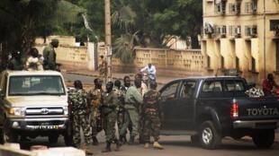 Soldats maliens dans une rue de Bamako, le 21 mars 2012.