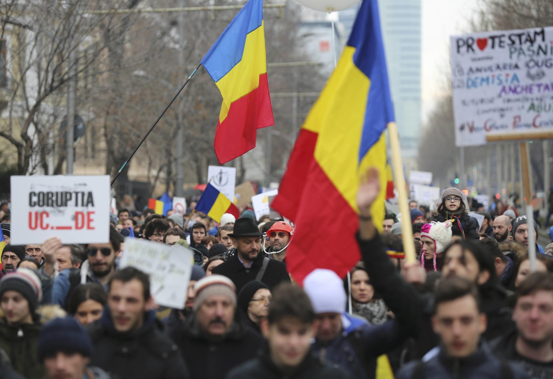 Hàng trăm ngàn người Rumani biểu tình ở Bucarest trong suốt nhiều ngày đòi chính phủ hủy bỏ nghị định giảm nhẹ tội tham nhũng.