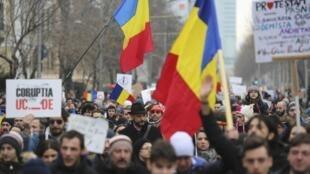 Des milliers de Roumains défilent depuis plusieurs jours dans les rues de Bucarest.