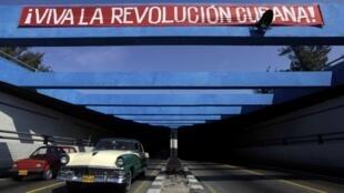 """Faixa fotografada neste sábado, em Havana, deseja """"Longa vida para a Revolução Cubana""""."""