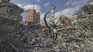 Un palestino camina sobre los escombros, tras los bombardeos israelíes, el 18 de mayo de 2021 en Gaza