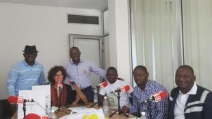 Emmanuelle Bastide, Didier Acouetey, Fahan Bamba en compagnie des jeunes entrepreneurs, Sylvere, Sibiri et Losseni, lors de l'enregistrement de l'émission.