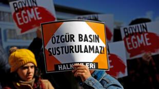 Manifestation devant le siège du journal Cumhuriyet. Sur les pancartes on peut lire : «Une presse libre ne peut pas être réduite au silence».
