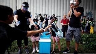 香港反送中抗議人員與送飲料的當地民眾 2019年8月16日