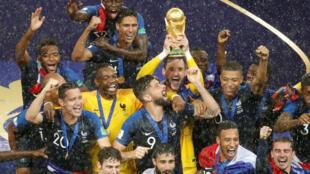 Đội trưởng Hugo Lloris và đồng đội vui mừng với chiếc cúp vàng vô địch sau khi chiến thắng Croatia trên sân Loujniki, Matxcơva ngày 15/07/2018.