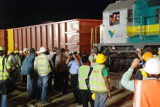 Chegada à Beira de um carregamento de carvão proveniente de Moatize