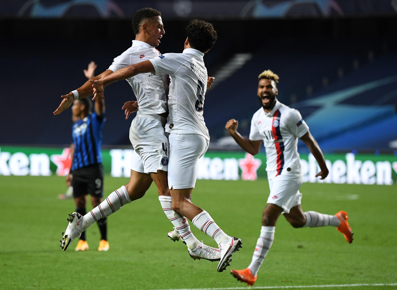 Le Brésilien Marquinhos félicité par ses coéquipiers après son but, synonyme d'égalisation contre l'Atalanta le 12 août 2020 à Lisbonne