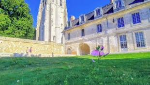 Tháp chuông Saint Nicolas tại tu viện Bec Héllouin