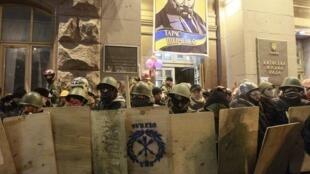Манифестанты в момент освобождения здания киевской мэрии 16/02/2014