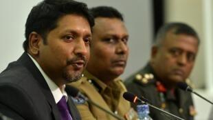 Le ministre sri-lankais de la Défense, Ruwan Wijewardene, prend la parole lors d'une conférence de presse à Colombo le 24 avril 2019.