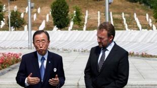 Le secrétaire général des Nations unies Ban Ki-moon (g.) et le président du collège présidentiel de Bosnie-Herzégovine Bakir Izetbegovic devant le mémorial de Potocari, près de Srebrenica, en juillet 2012.