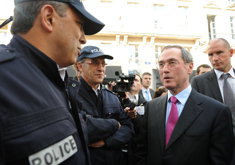 Claude Guéant, ministro do Interior francês, conversa com policiais em Bordeaux.