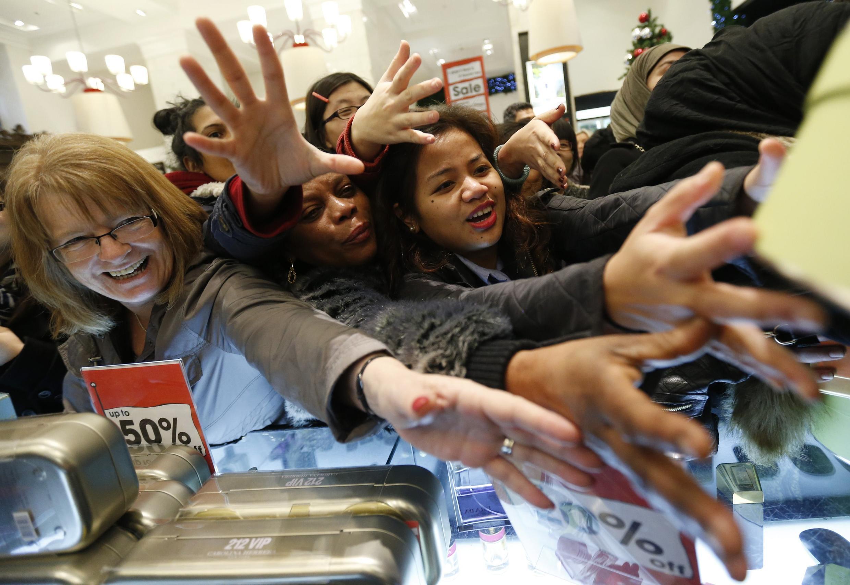 Des acheteurs se ruent dans les magasins londonniens pour le «Boxing Day».