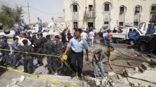 Des policiers délimitent le site de l'attentat à la bombe à Bassorah, au sud de Bagdad, le 13 juin 2011.