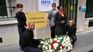 Une trentaine de militants de Aides, l'association de lutte contre le sida, se sont rendus devant les locaux de l'Office français de l'immigration et de l'intégration (Ofii) pour protester contre les mesures d'expulsion d'étrangers séropositifs.