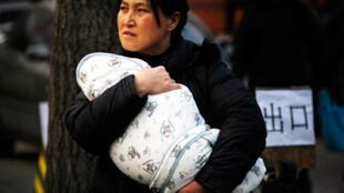 Près de 296000 nourrissons et jeunes enfants au total ont été rendus malades par le lait frelaté à la mélamine en Chine.