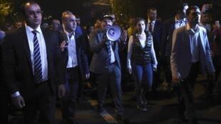 Никол Пашинян в окружении сторонников перед парламентом в Ереване, 2 октября 2018 г.