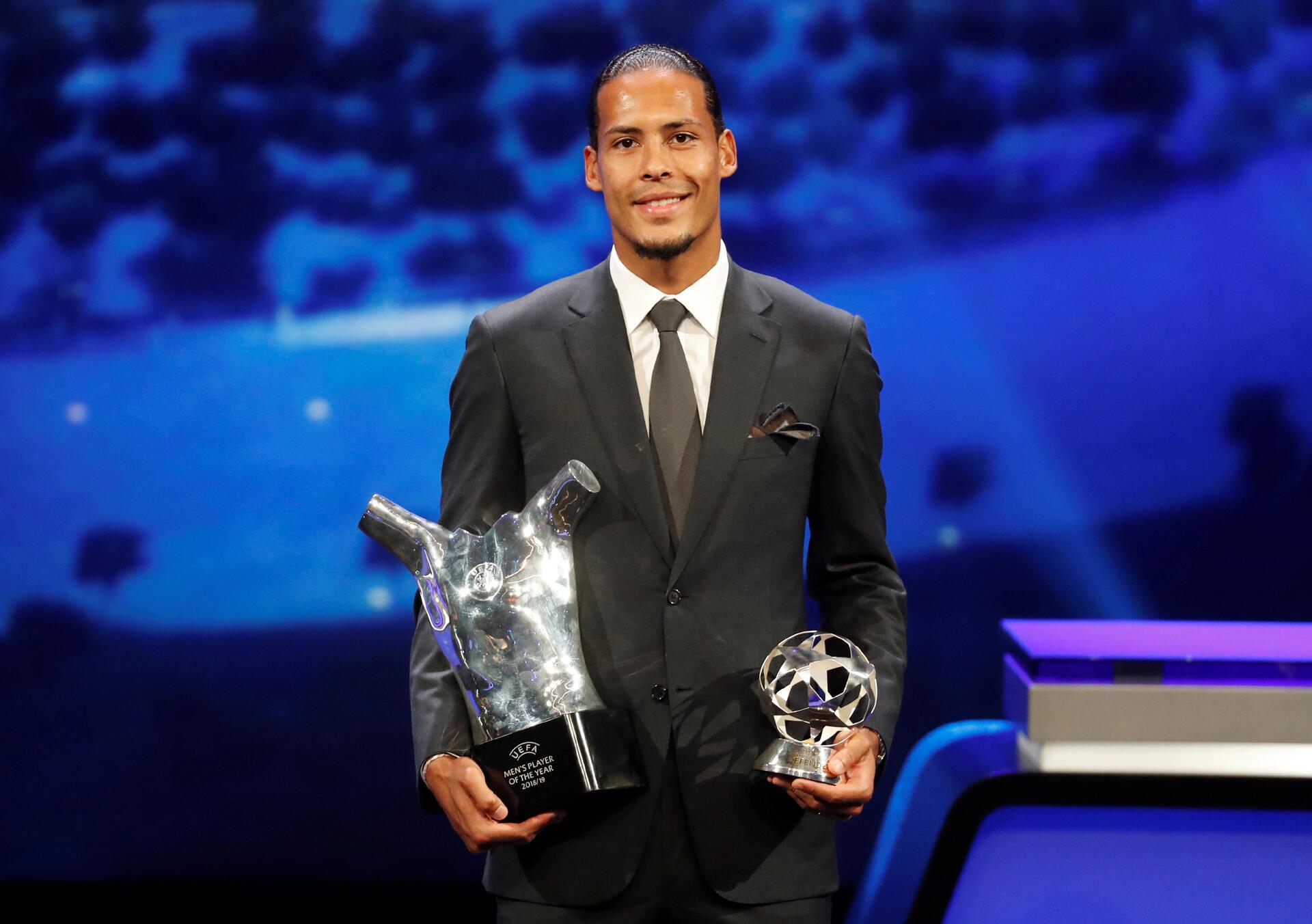 Virgil van Dijk, defesa do Liverpool, recebeu o prémio de melhor jogador da UEFA.