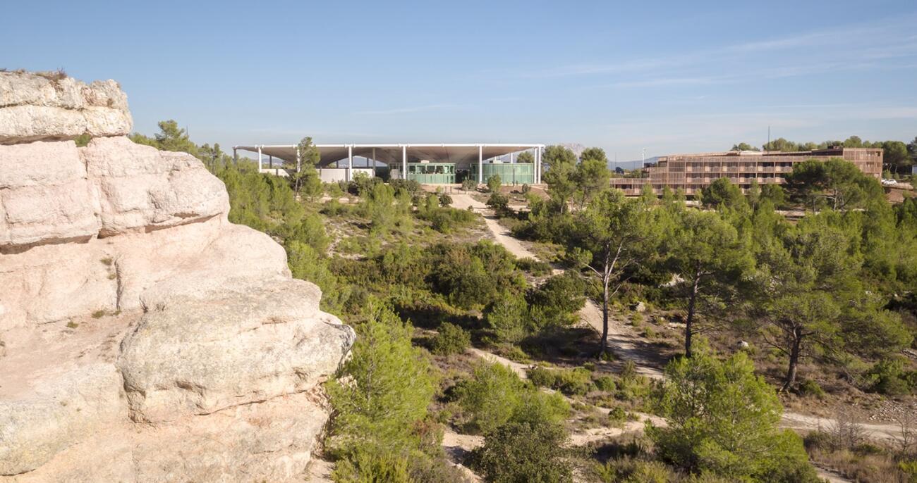 The Camp se encuentra en las afueras de Aix en Provence, en un parque de 7 hectáreas.
