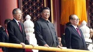 2019年10月1日,胡锦涛习近平江泽民在天安门观看中共建政70周年阅兵仪式。