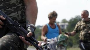 Homem é interrogado na região de Donestk, fronteira entre Rússia e Ucrânia