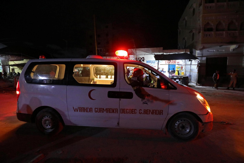 Une ambulance sur le lieu de l'attaque de l'Elite Hotel, sur la plage du Lido, à Mogadiscio, le 16 août 2020.