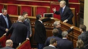 Quốc hội Ukraina bác bỏ kiến nghị bất tín nhiệm đối với thủ tướng Azarov - REUTERS /Gleb Garanich