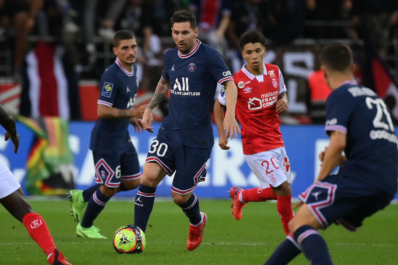 El astro argentino Lionel Messi hace su estreno con el París Saint-Germain, en partido de la 4ª jornada de la Ligue 1, frente al Reims, el 29 de agosto de 2021 en Reims.