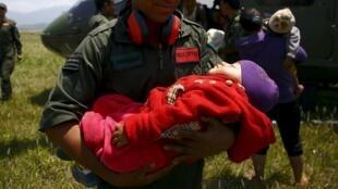 Sơ tán dân khỏi vùng thảm họa sau trận động đất tại Nepal.