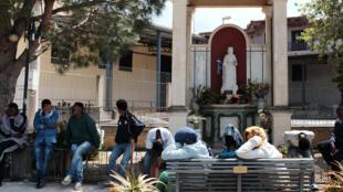 Des migrants devant le centre d'accueil de Mineo près de Catane en Italie.