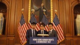 黃之鋒(左一)等香港眾志成員致力推動香港人權法,終於在五年後成真(黃之鋒臉書)。 2019年11月28日