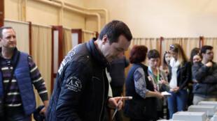 Dans un bureau de vote de Budapest lors du scrutin pour les législatives, le 8 avril 2018.