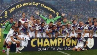 L'Allemagne remporte la Coupe du monde 2014 contre l'Argentine au stade Maracana, à Rio de Janeiro, pour la quatrième fois de son histoire.