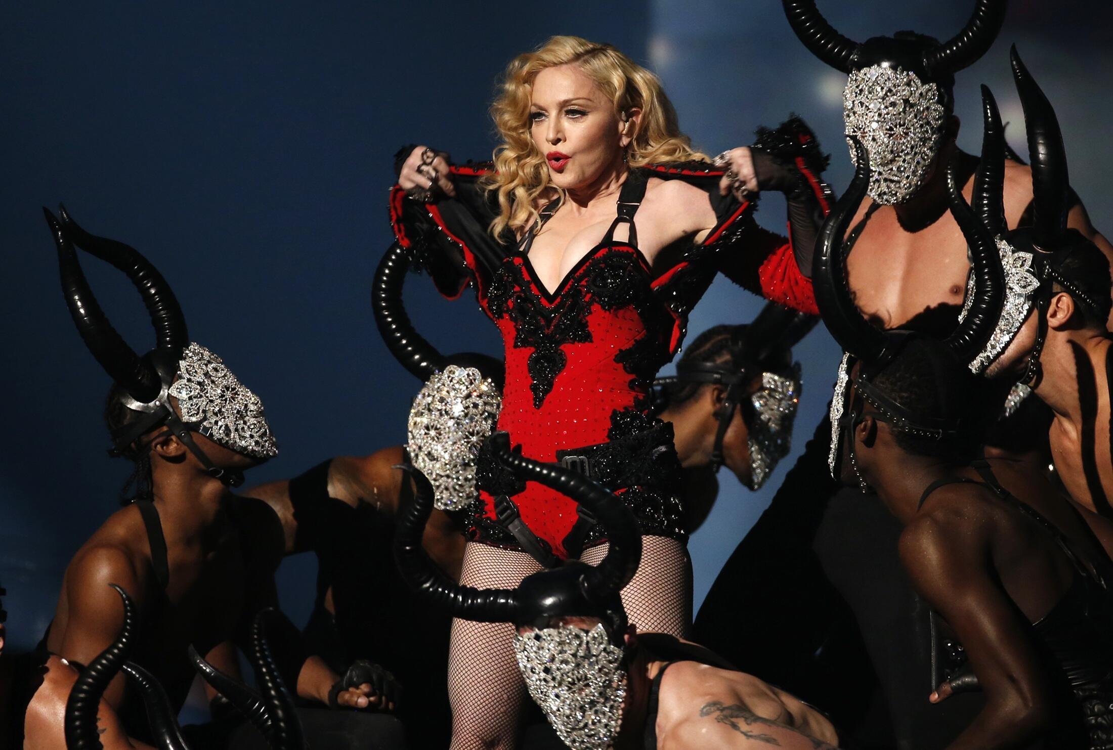 """Madonna presenta su show """"Living For Love"""" en la 57a entrega de los premios Grammy en Los Angeles, California, el 8 de febrero de 2015."""