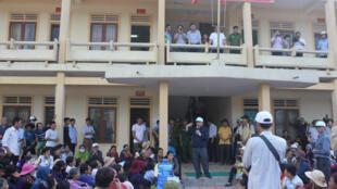 Linh mục Đặng Hữu Nam nói chuyện với các ngư dân bên ngoài Tòa án huyện Kỳ Anh, tỉnh Hà Tĩnh.