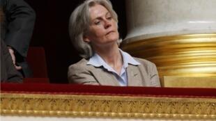 Penelope Fillon escuta o discurso de seu marido, François Fillon, então, Primeiro-Ministro da França em 2007.